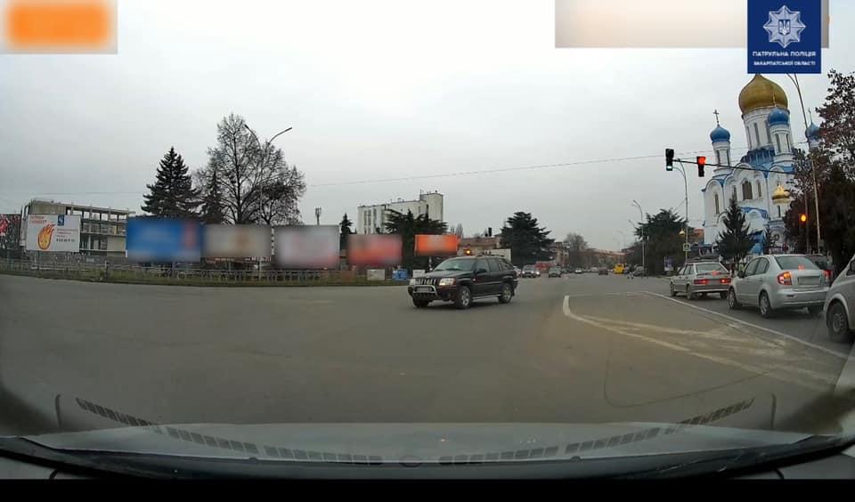 22 грудня, близько 14-ї години, керманич автомобіля Jeep на площі Свободи в Ужгороді не зупинився перед пішохідним переходом і проїхав далі на