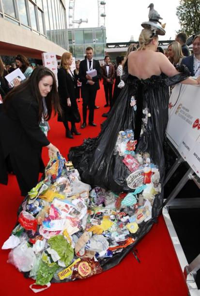 Сукню зірки було створено зі сміттєвих пакетів, а шлейф - із побутових відходів. Наряд створила мати актриси.