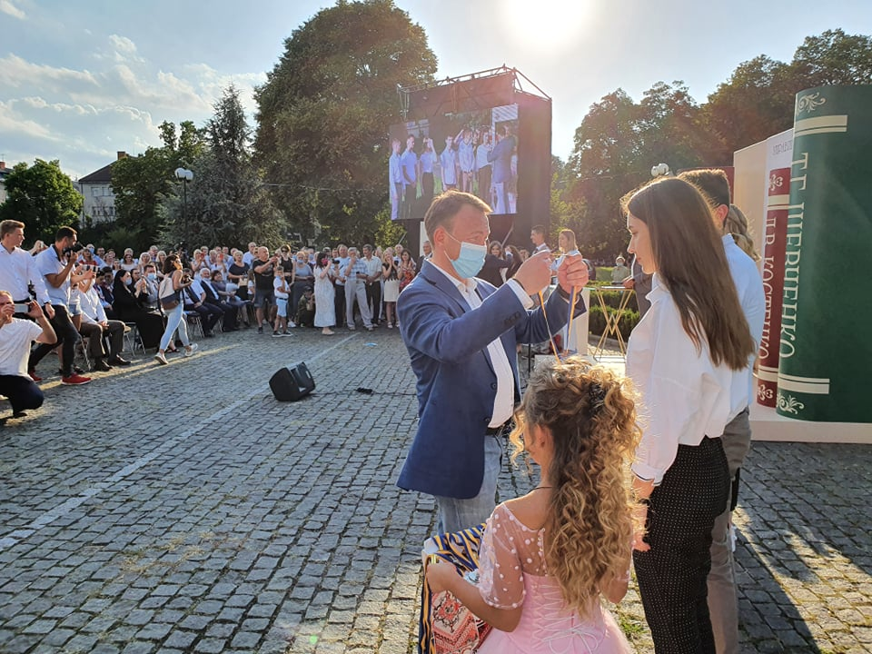 Олексій Петров вручив десять тисяч гривень кожному випускнику області, який здобув 200 балів на ЗНО у 2020 році.