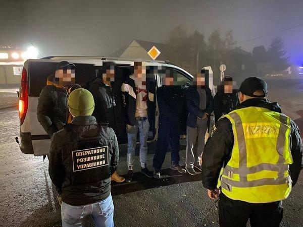 Двох нелегальних мігрантів та їх переправників затримали учора ввечері співробітники Головного оперативно-розшукового відділу Мукачівського прикордонного загону спільно з працівниками Нацполіції .