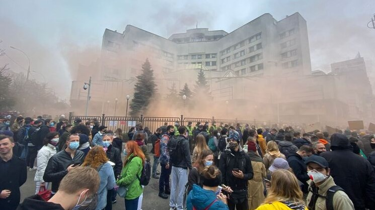 В Україні триває гучний скандал, пов'язаний з останніми рішеннями Конституційного суду (КС).