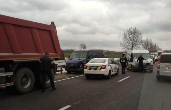 Сьогодні, 16 квітня у Мукачівському районі між селами Горбок та Дунковиця сталася дорожньо-транспортна пригода, про яку повідомляють очевидці у вайбер-спільності Увага РАДАР.