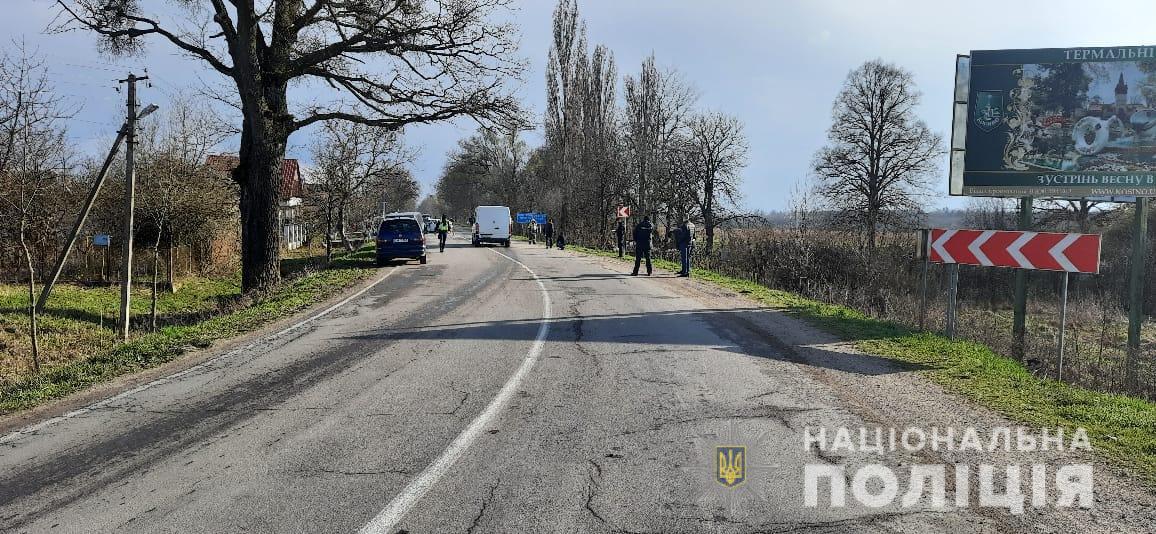 Поліція встановлює обставини аварії у селі Гать Берегівського району, внаслідок якої одна людина загинула та ще троє  травмовано. Серед потерпілих є 4-річна дитина.