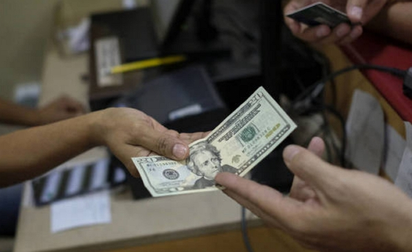 Середа на валютному ринку пройшла досить спокійно. Більше того, завдяки Нацбанку долар не тільки зберіг свої позиції, але й трохи зріс вже з середини дня.
