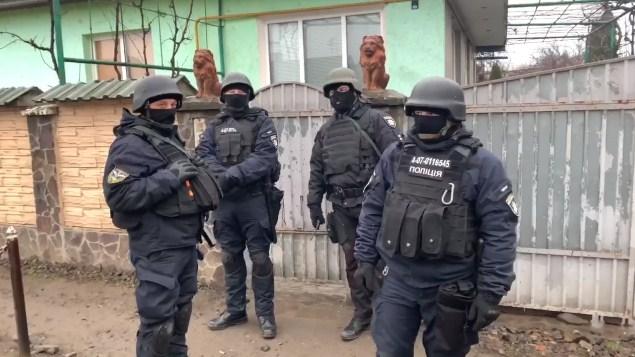 Під час планового відпрацювання в одному з мікрорайонів Ужгорода поліція вилучила важливі речові докази.