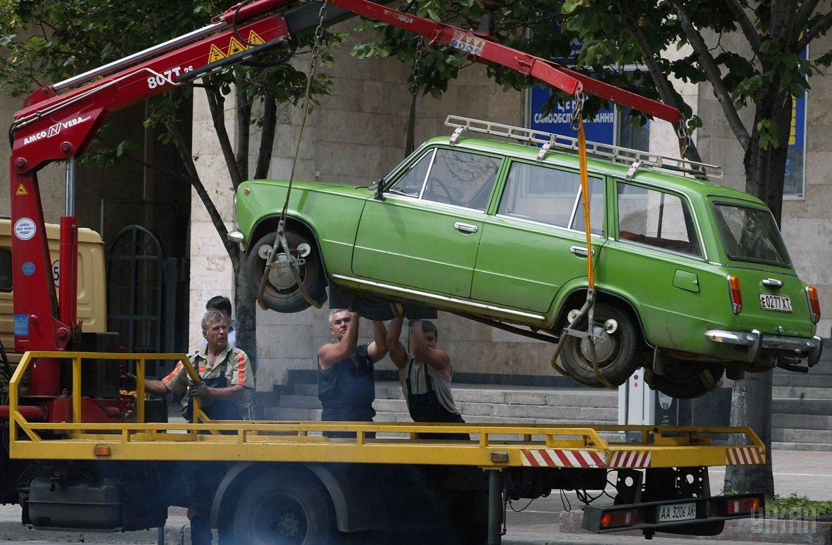 В Україні ввели фотозйомку порушень правил паркування та дозволили евакуацію авто