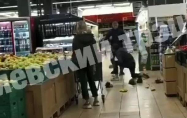 У столичному супермаркеті побилися покупці. Причиною бійки, за інформацією ЗМІ, стали стиглі фрукти.