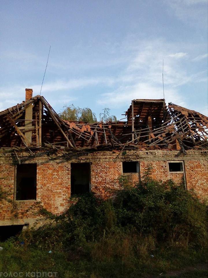 На Виноградівщині на дітей чатує смертельна небезпека: на сільській вулиці розвалюється стара будівля (ВІДЕО, ФОТО)