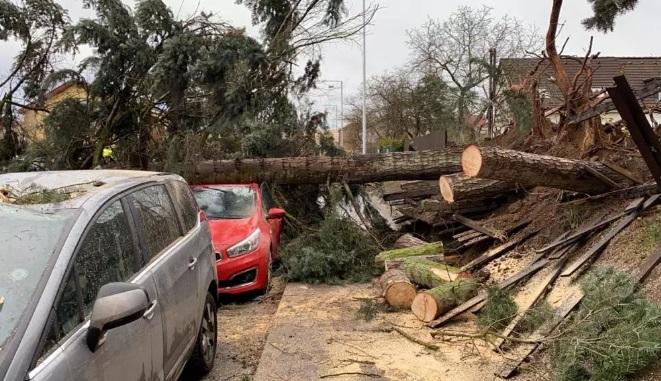 У Чехії ураганний вітер у вівторок знеструмив щонайменше 15 тисяч домогосподарств, пошкодив автомобілі і повалив десятки дерев та електроопор.
