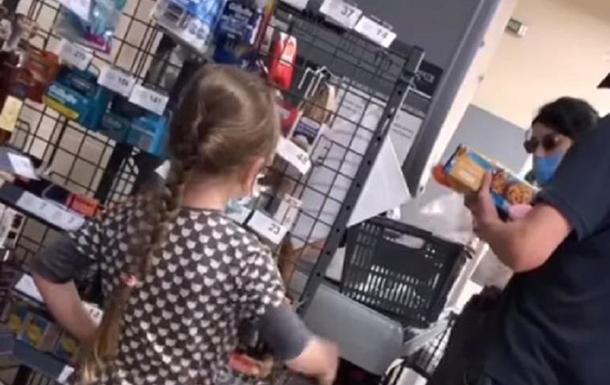 Батьки маленької дівчинки поповнили свій словниковий запас нецензурної лексики, не купивши в магазині воду для дочки.