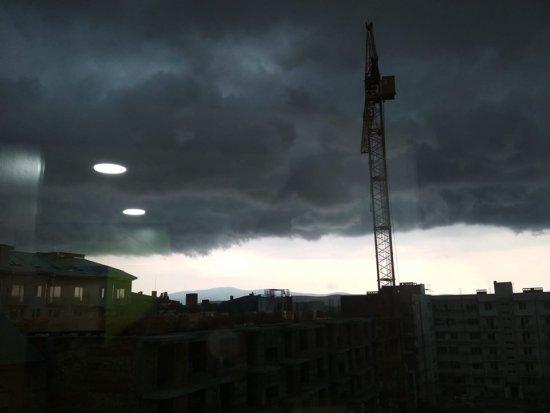 Рівно о 20.00 в Ужгороді враз потемніло небо, вдарив грім і розпочалась гроза.