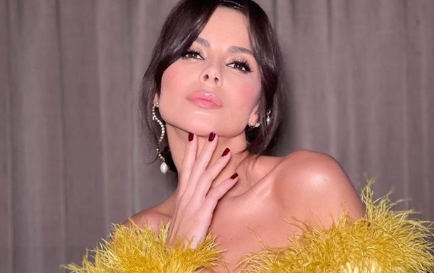 Виконавиця наділа жовту сукню в підлогу з великим розрізом, яка вигідно підкреслила її фігуру.