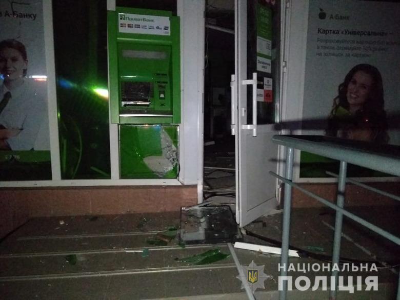 У Святошинському районі Києва на вулиці Академіка Корольова невстановлені злодії підірвали банкомат ПриватБанку, але не змогли дістати з нього гроші і зникли.