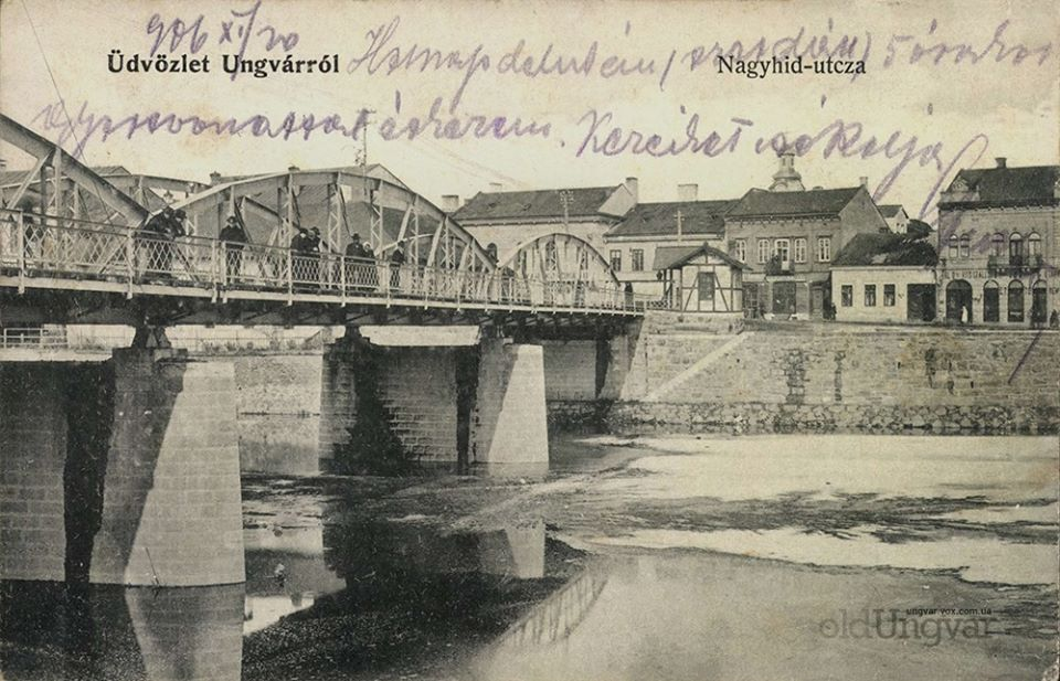 На зображенні - старий міст через Уж та архітектура на сучасній площі Театральній.