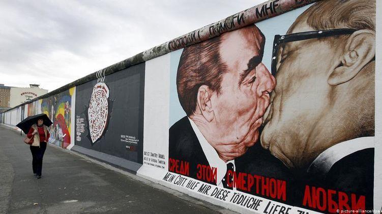 Частина Берлінської стіни зі знаменитим знімком Брежнєва і Хоннекера зберегли на пам'ять.