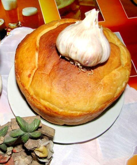 За давньою традицією, на різдвяному столі, окрім іншої пісної вечері, обов'язково має бути керечун – високий урочистий хлібець округлої форми.