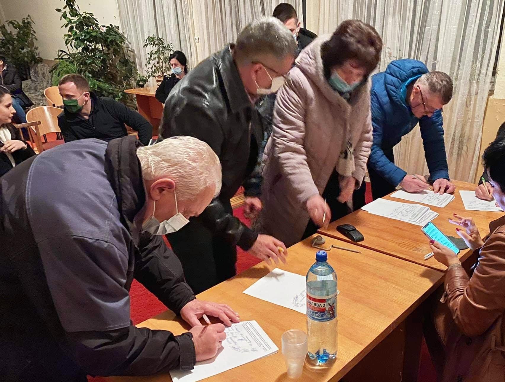 Під меморандумом про співпрацю підписалися 18 представників Виноградівської територіальної громади.