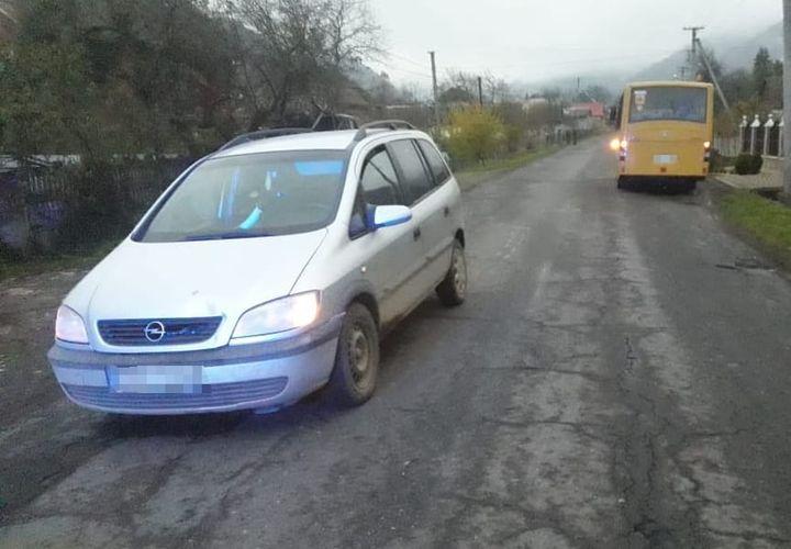 На Хустщині від наїзду автівки постраждав малолітній школяр (ФОТО)