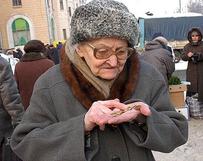 В Україні середня пенсія сягнула тисяча вісімсот вісімдесят шість гривень, а мінімальна виплата - 1312 гривень.