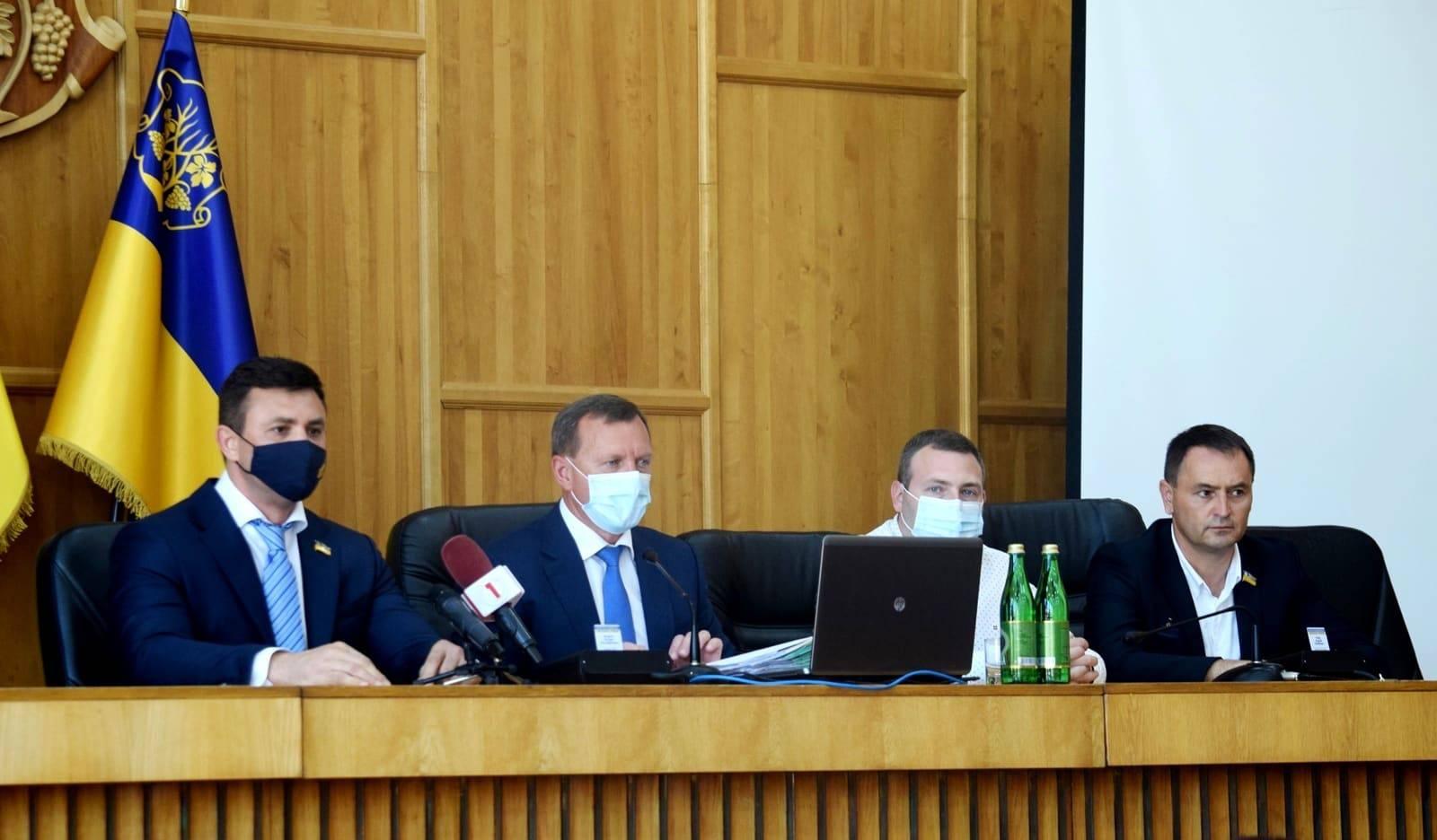 На сесії Ужгородської міської ради сьогодні проголосували за те, щоб розпустити виконавчий комітет міськради.
