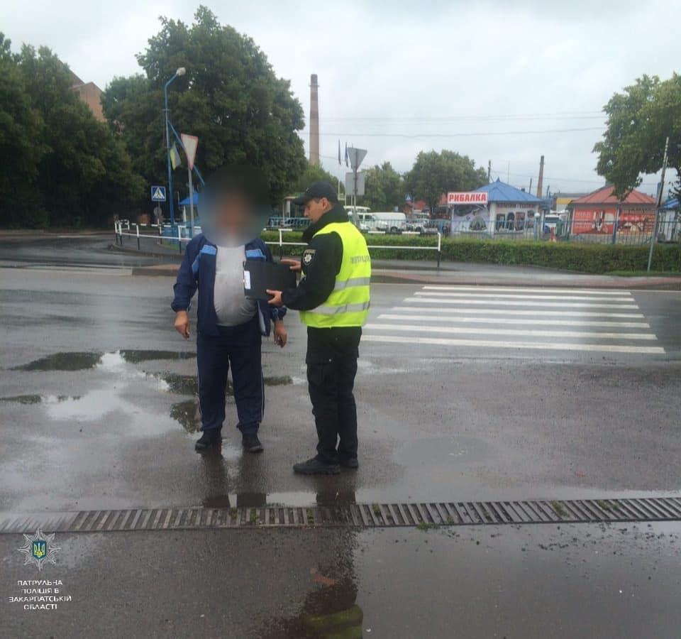 В  Ужгороді оштрафували пішоходів, які переходили дорогу в невстановлених місцях