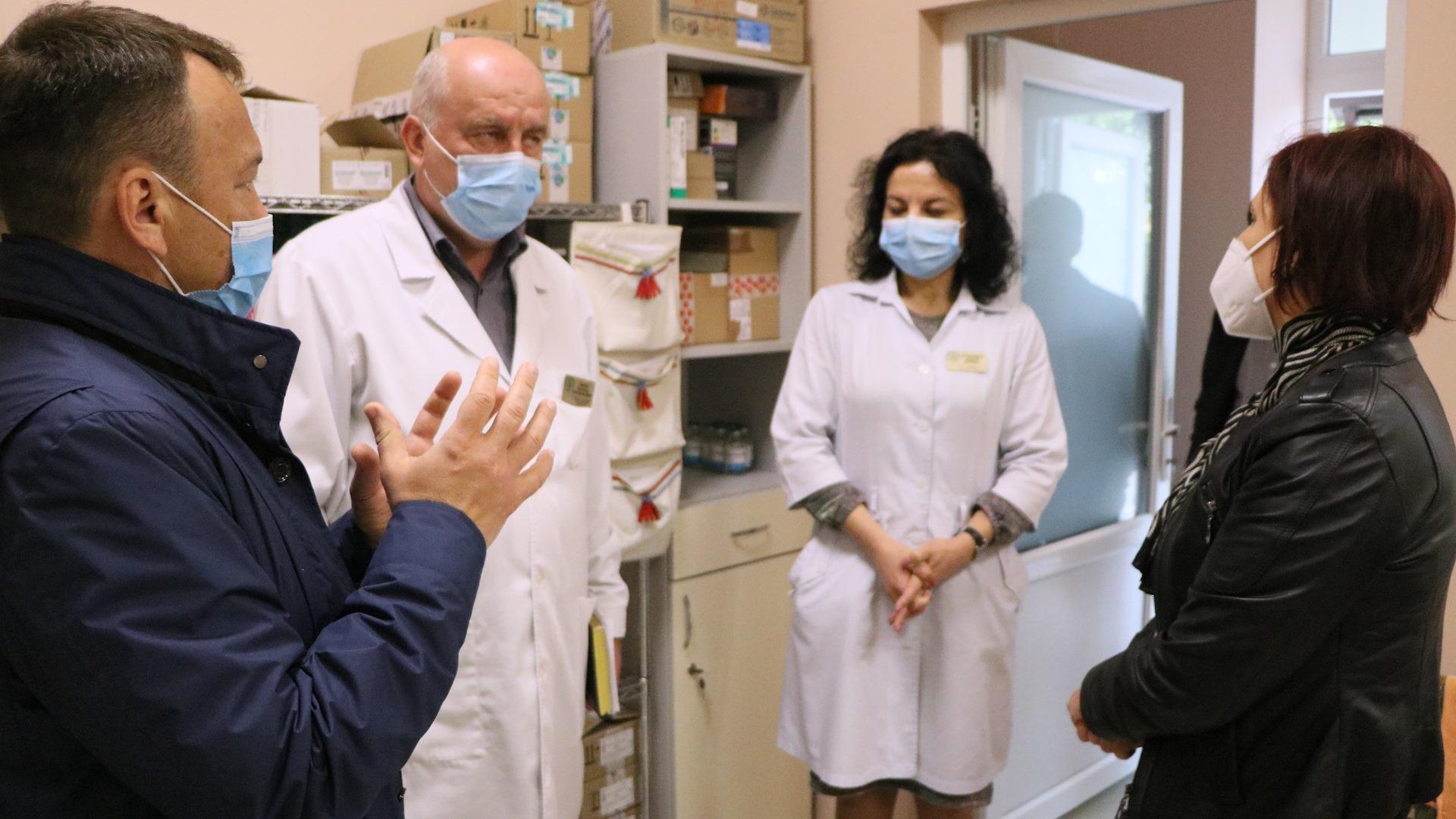 Медпрацівників, яким нараховується надбавка, визначає заклад охорони здоров'я, в якому вони працюють.