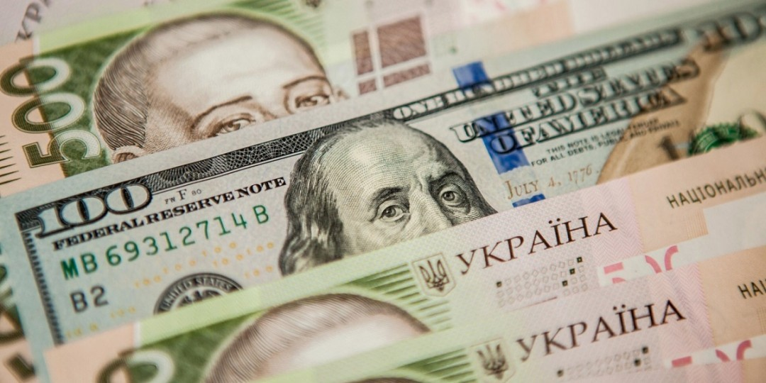 На міжбанку гривня впала відразу на 23 копійки по відношенню до долара. У курсах Нацбанку долар зріс на 21 копійку.