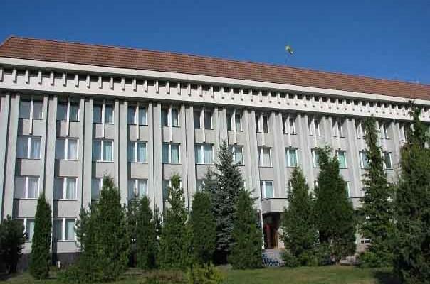 У Хусті відбулась перша сесія нового скликання Хустської районної ради. До складу увійшли 42 депутати, проте на сьогоднішньому засіданні були присутні 41.