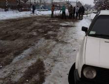 Жителі закарпатського села самотужки взялись посипати й латати обледенілу дорогу (ФОТО)