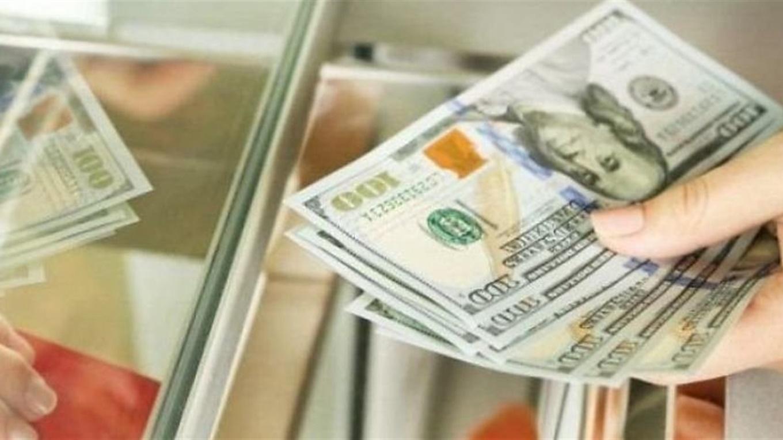 Четвертый день подряд Нацбанк укрепляет украинскую валюту. Доллар и евро на межбанковском рынке снижаются.