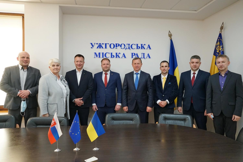 Ужгородський міський голова Богдан Андріїв зустрівся сьогодні із делегацією Словацької Республіки. Про це повідомляє прес-служба міської ради.