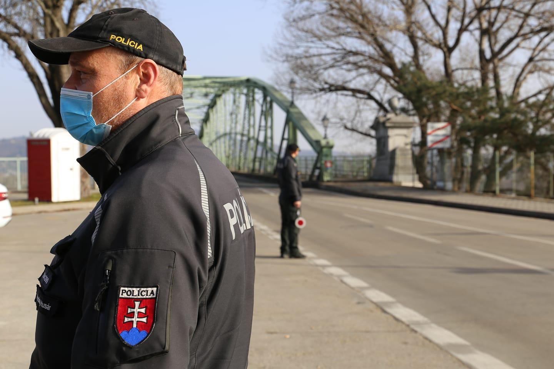 Словакия ввела ночной комендантский час со среды - постановление правительства запрещает выходить из дома с 20:00 до 5:00.