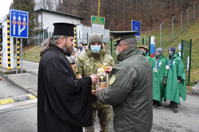 Учора вдень у пункті пропуску «Малий Березний» відбулася передача священного Вогню Миру з Віфлеєму. Його в Україну передавали представники словацької скаутської організації.