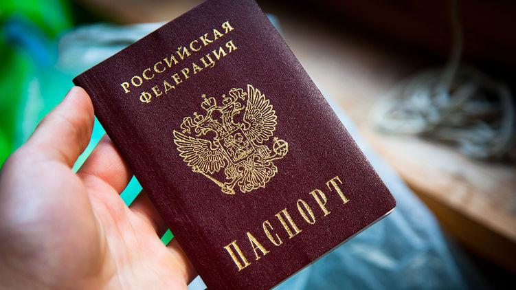 Росія вже рік видає паспорти українцям за спрощеною схемою. Як це відбувається в реальності, - Страна