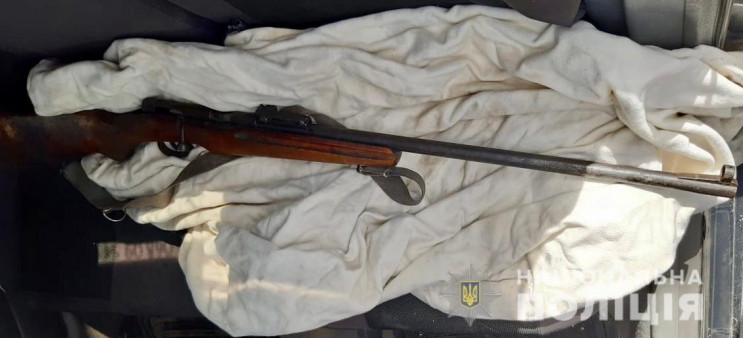 З автомобіля Skoda Octavia поліцейські Іршави вилучили малокаліберну гвинтівку без дозвільних документів.