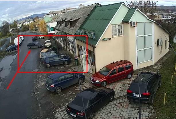 Момент, як авто на швидкості влетіло у припарковані авто, зафіксувала камера спостереження.