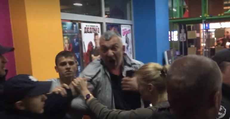 З кулака в голову: в Ужгороді побили журналіста (ВІДЕО)