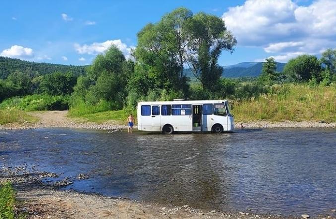 Невідомий чоловік вирішив помити автобус.