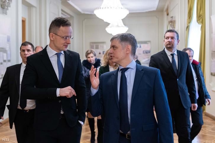 До вашої уваги авторський переклад статті index.hu від журналістів Голосу Карпат.  Через блокування України, десяток дипломатів прибуло до Угорщини.