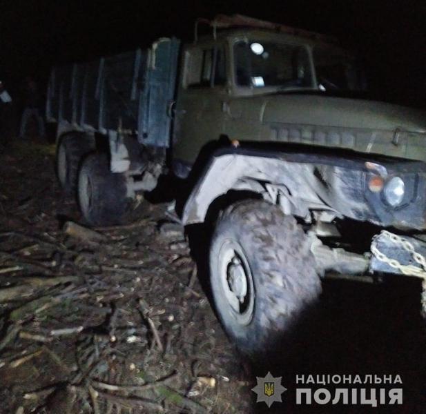 Слідчі поліції Рахівщини встановлюють обставини дорожньо-транспортної пригоди, у якій загинув 43-річний житель села Кваси. Водія, який керував вантажівкою в стані сп'яніння, затримано.