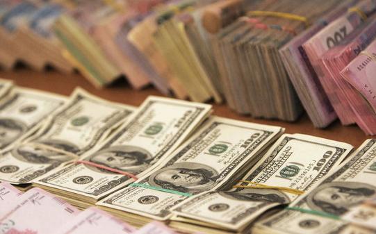 На відкритті міжбанківських торгів долар подорожчав на 3 копійки в продажу і на 3 копійки в покупці.