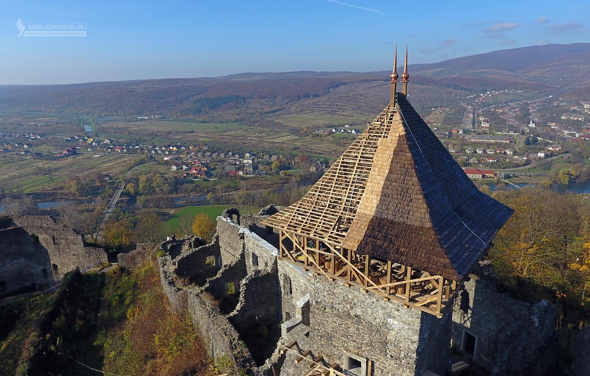 В мережі показали світлини з відновленим дахом головної вежі.