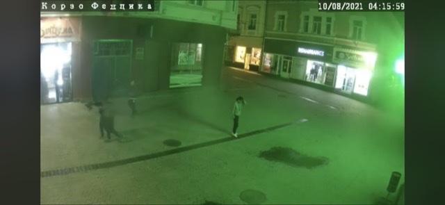Камери зафіксували крадіїв решіток у центрі Ужгорода.