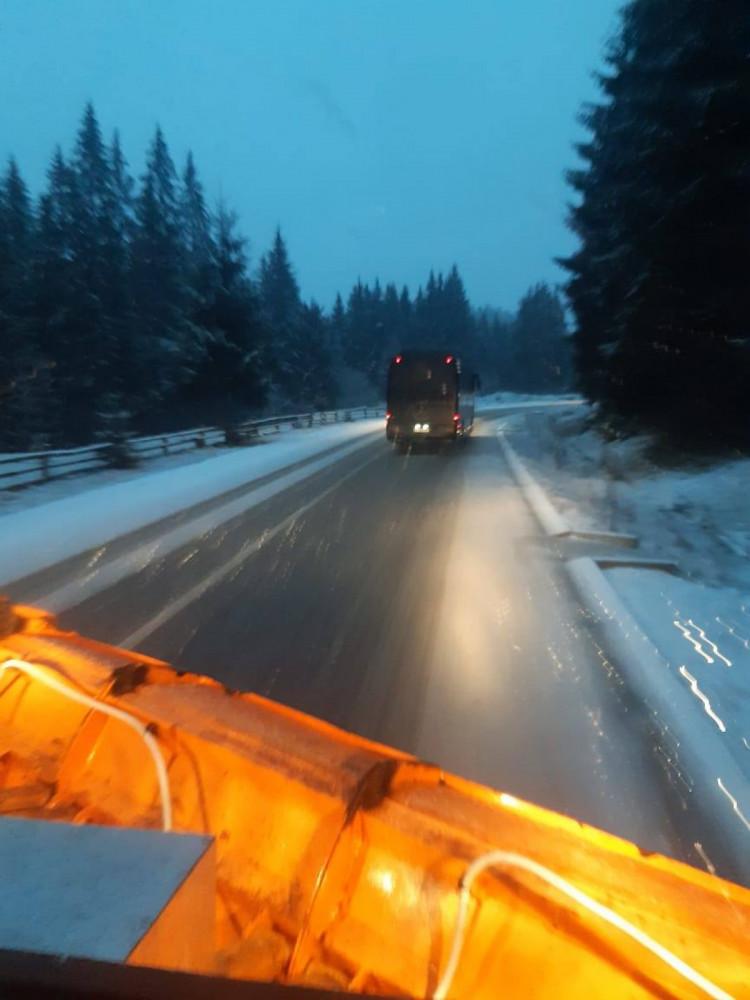Закарпатські дорожники розчищають гірські дороги