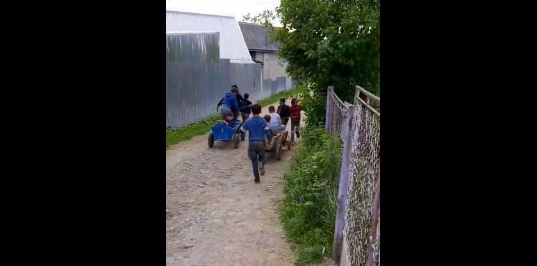 Сучасні діти в основному сидять у ґаджетах і на вулиці граються рідко, але не всі, у селі Порошково, діти вигадали більш оригінальні розваги.