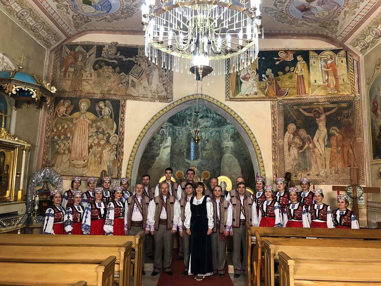 Днями Заслужений академічний Закарпатський народний хор вперше після тривалої перерви, пов'язаної з карантинним «затишшям», а потім відпусткою, виступив у сквері «Малий  Ґалаґов» біля будівлі ОДА.