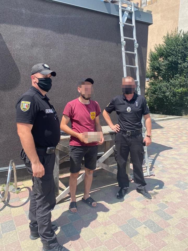 За фактом зберігання наркотиків слідчі відкрили кримінальне провадження за статтею 309 Кримінального кодексу України.