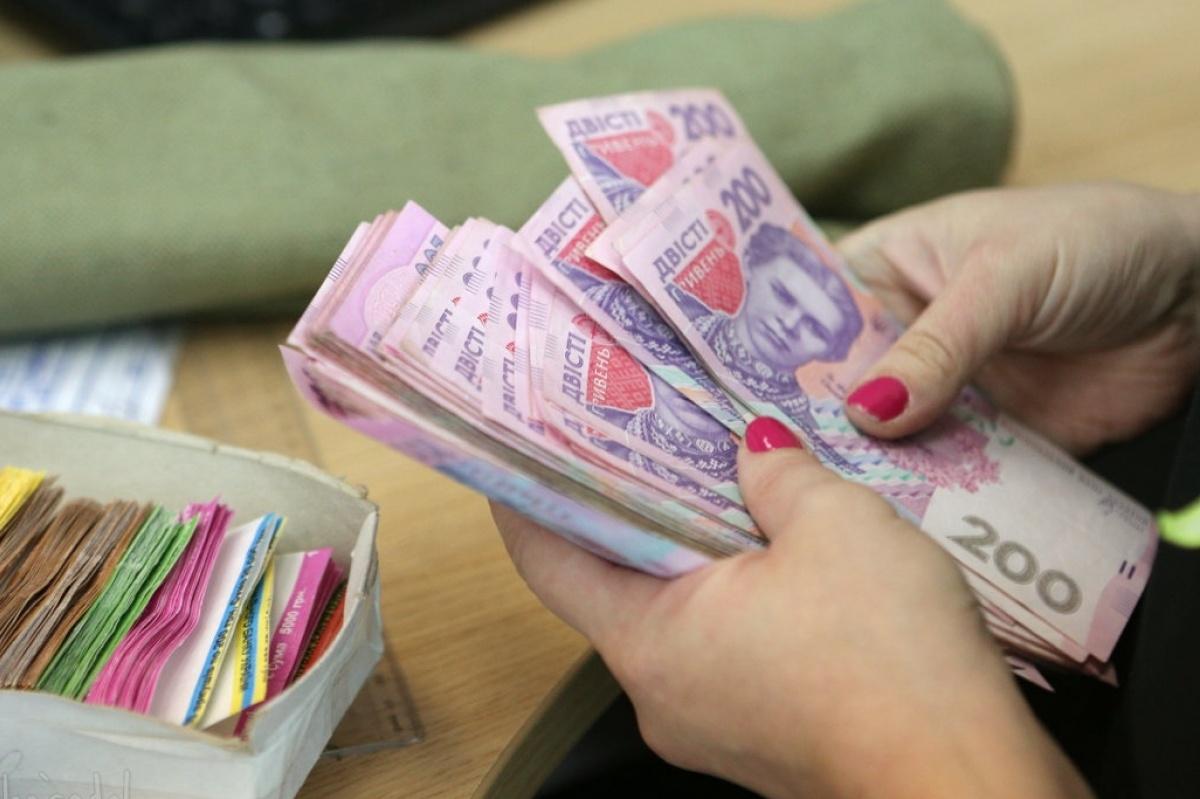 Середня зарплатня на Закарпатті у лютому 2020 року становила 9257 гривень.