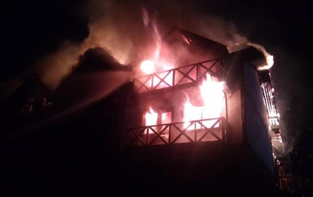 Рятувальники ДСНС ліквідували пожежу площею 250 метрів квадратних. Людей, які проживали в готелі, вивели з будівлі до приїзду пожежників.