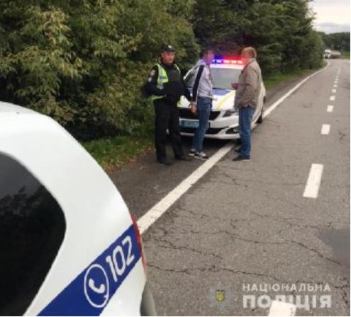 Около 15:45 уже на территории Львовской области, в одном из сел Стрыйского района, пассажир Volkswagen, сидевший на переднем сиденье, неожиданно направил на пассажира предмет, похожий на пистолет, и приказал ему отдать ему деньги и мобильный телефон.Испугавшись за свою жизнь, девушка открыла дверь и на ходу выпрыгнула из машины, которая развернулась и поехала в обратную сторону. У Volkswagen остался чемодан пассажира. Случайный прохожий помог жертве нападавших и сообщил о случившемся в полицию.